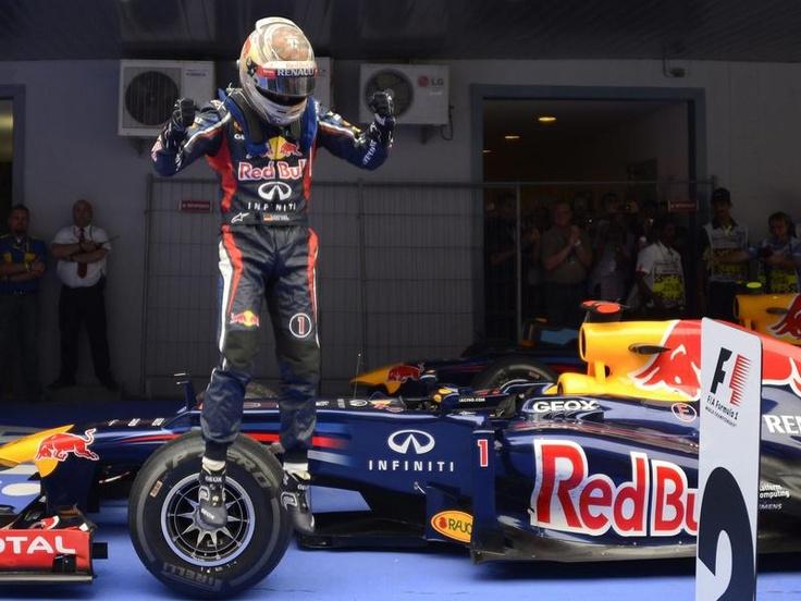 Sebastian Vettel ist derzeit nicht zu stoppen und nimmt Kurs auf seinen drittel Weltmeistertitel. Der Doppelweltmeister gewann in Indien bereits das vierte Formel-1-Rennen in Folge. (Foto: Franck Robichon/dpa)