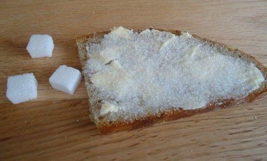 Scheibe Brot, etwas Butter, Zucker drauf, in Berlin unbedingt zuklappen ... fertig ist die Zucker'stulle' ... einfach und sehr lecker