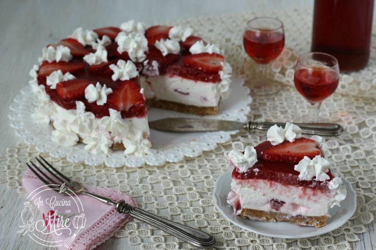 Cheesecake alle fragole e panna, torta senza cottura ne uova, fresca e golosa da gustare con gli amici e tutti i commensali gradiranno.