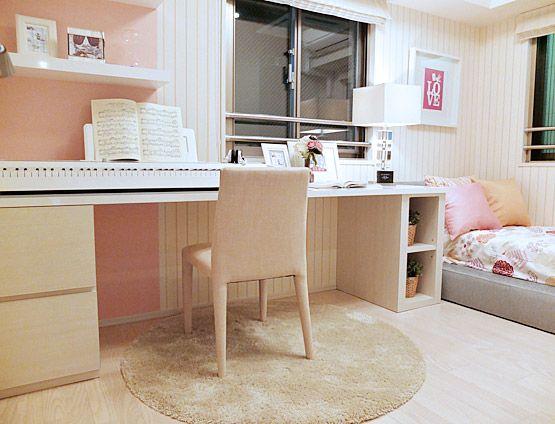 K307 音楽好きの女の子 長い机にピアノを配置して、勉強もピアノの練習もはかどる。