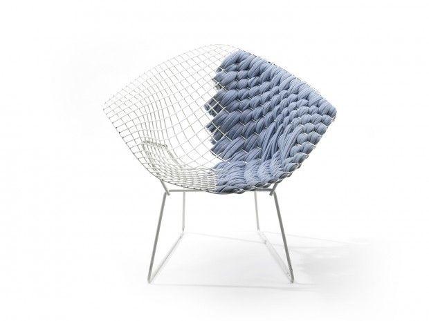 """Clément Brazille, designer français, revisite un classique d'Harry Bertoia et nous présente """"Bertoia Loom Chair"""", une interprétation des créations emblématiques du designer italien.  À l'image d'un métier à tisser, il les habille de tissus nobles rendant chaque pièce unique et personnalisable. On se rend compte rapidement des avantages que procure le tissage, une fois revêtues, elles deviennent très confortables et invitent à s'asseoir."""