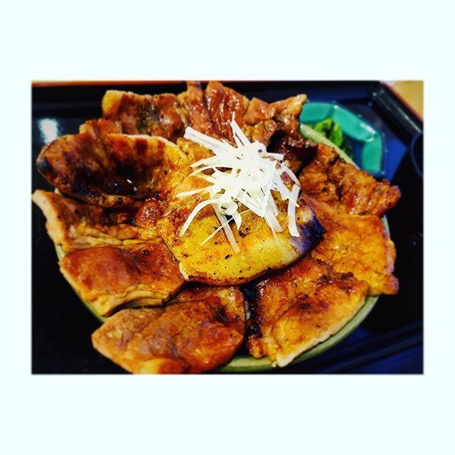 どーーーん!!! 厚真こぶしの湯の 豚丼!!! これで 普通盛り!!(☝︎ ՞ਊ ՞)☝︎ 炭で焼いてるから もー うまい♡ 息子も同じ量 そして ナントカの早食い…🐷 #hokkaido #北海道#厚真#こぶしの湯 #豚丼#ブタ丼#うまい#うますぎ #肉 #豚肉#どんぶり#happy #やばい #最高  #幸せ#ありがとう