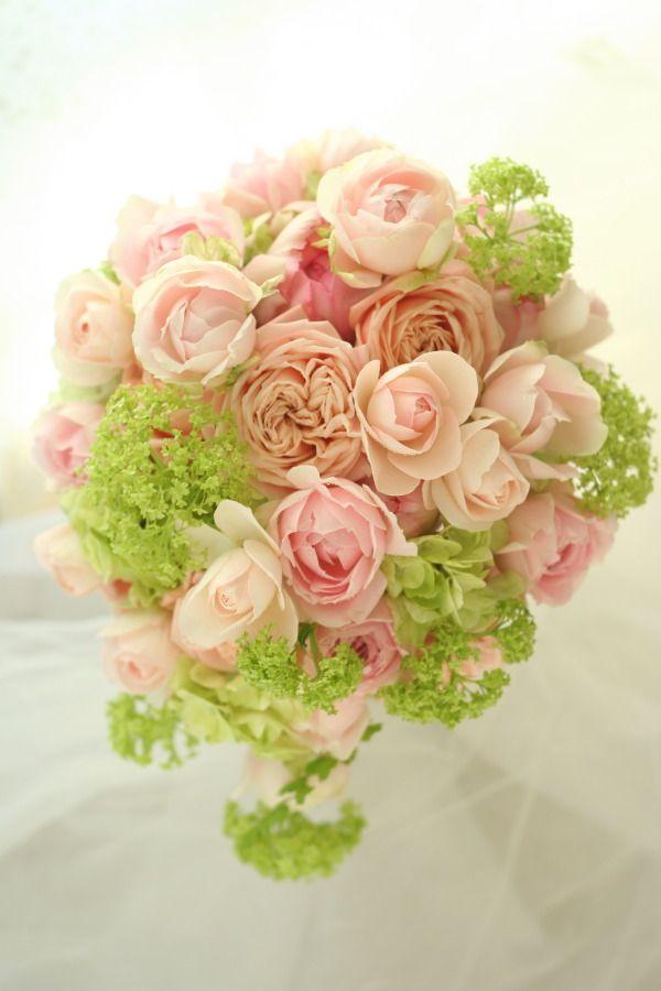 ふわふわと、淡いグリーンをまとったピンクのブーケ。バラはシフォンドレスと言います。では皆様、今日もおつかれさまでした!