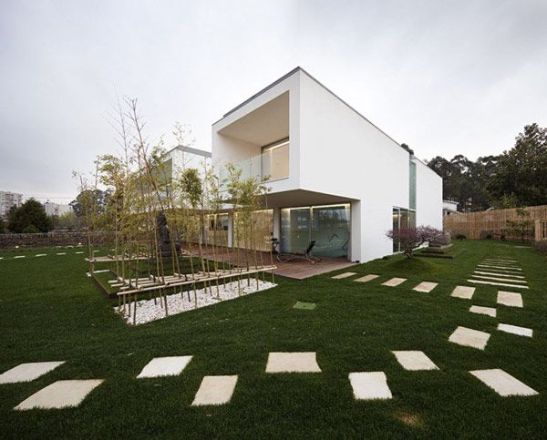 Volumes of Different Heights Combined to Implement Mario Rocha House in Portugal