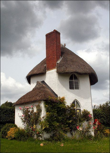 shorenaratiani:  Amazing thatched cottage near Stanton Drew, Somerset, England By  Charity Fordham