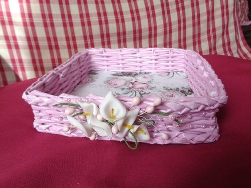 Maličký růžový košíček pletený z papírových ruliček