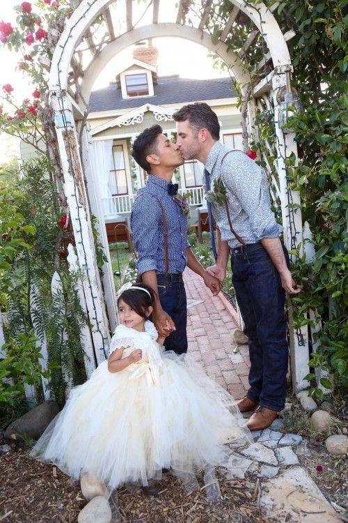 Matthew & Kiel besándose mientras uno de ellos tiene a una niña agarrada de la mano