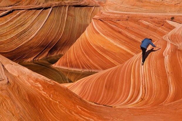 The Wave, USA. The Wave to niezwykłe formacje skalne, które zobaczyć można w rezerwacie Paria Canyon, na granicy stanów Arizona i Utah. Wiatr i deszcz wyrzeźbił je tak, że powierzchnia skały wygląda jakby falowała. Wydają nieziemsko. Aby je chronić rząd USA wprowadził ograniczenie zwiedzania. Dziennie ten cud natury zobaczyć może tylko 20 szczęściarzy.