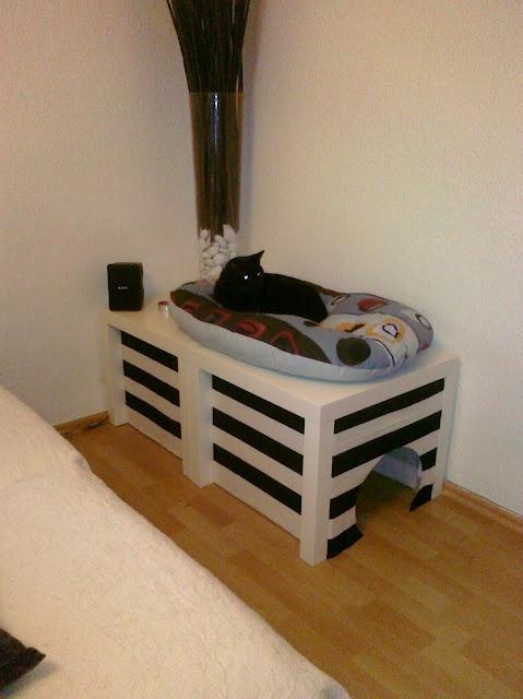 Nog een handig idee om de kattenbak weg te werken (met LACK tafeltjes).