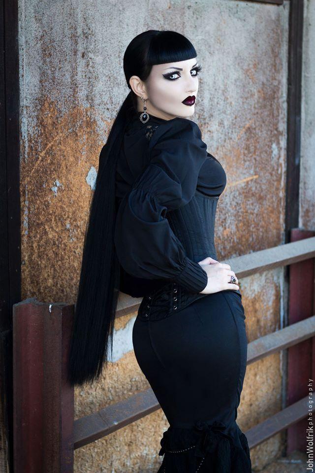 Model, MUA: Obsidian Kerttu Choker and earrings:... - Gothic and Amazing