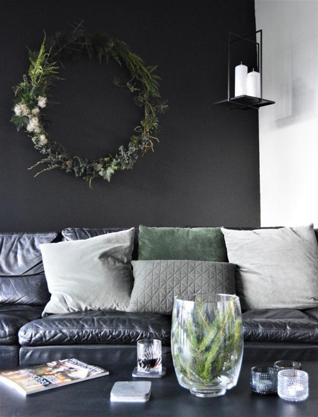 #Advent #Weihnachten #minimalistisch #Wohnzimmer #vi... | Wohnen Mit Schwarz  | Pinterest | Dunkle Ledersofas, Grüner Kranz Und Dunkle Wände