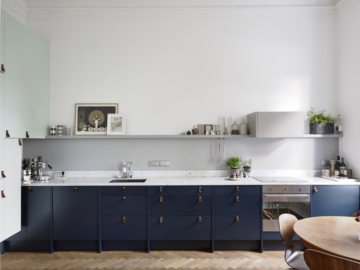 dark blue kitchen, läderhandtag