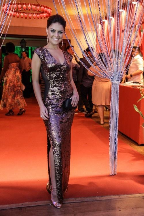 Paloma Bernardi de vestido Lily Jean, jóias Carla Amorim, bolsa Isla e sapatos Schutz #Brazilian