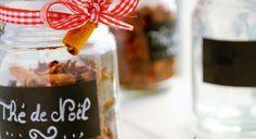 Thé de Noël - L'écorce séchée d'une orange bio, ou à défaut 2 cuil. à café rases de cristaux d'essence d'agrumes, 8 clous de girofle, 10 graines de cardamome, 30 g de badiane, 2 bâtons de cannelle, 1 gousse de vanille, 50 g de fleurs d'hibiscus séchées (ou « carcadé »), 30 g de thé au choix, de préférence rouge (roiboos) ou thé blanc