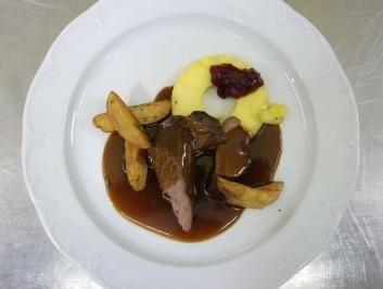 Das perfekte Wildschweinfilet an Rotweinsoße mit Preiselbeeren dazu Kartoffelspalten-Rezept mit einfacher Schritt-für-Schritt-Anleitung: Den Rotwein mit…