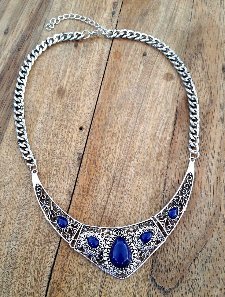 COLAR BOHO CHIC <br> <br>Lindo colar étnico estilo Boho Chic, com detalhes em resina azul bic. Uma mistara de Boho com arabesco