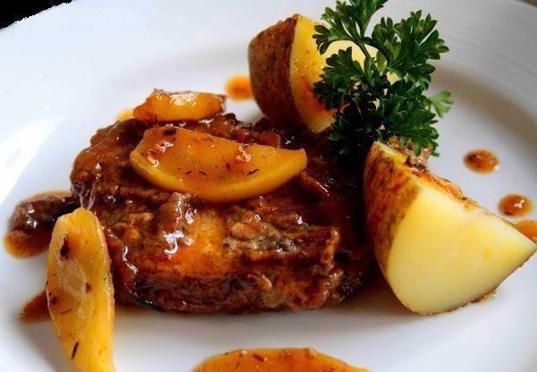 Chuletas de cerdo con manzana y salsa de sidra (Pork chops with apple and cider sauce)