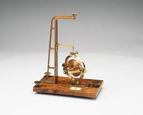 Deze gyroscoop is in 1852 bedacht door Léon Foucault om er de draaiing van de aarde om zijn as mee te demonstreren. pic.twitter.com/vXPoSE6PvE