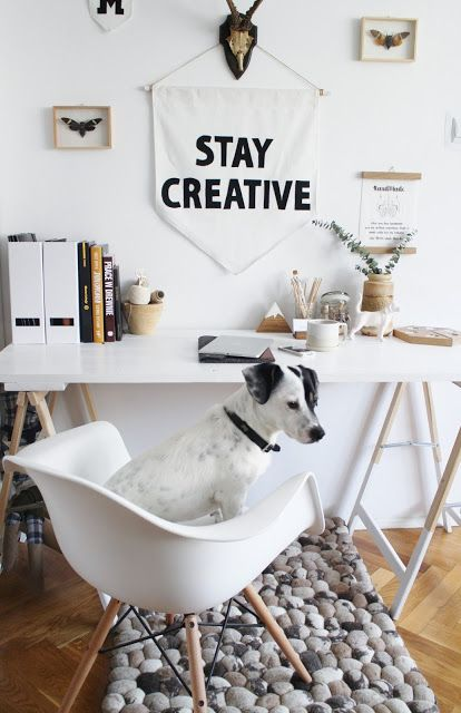 *Stay Creative* Denne søte, lille karen koser seg på kontoret. Under stolen ligger et steinteppe fra India!