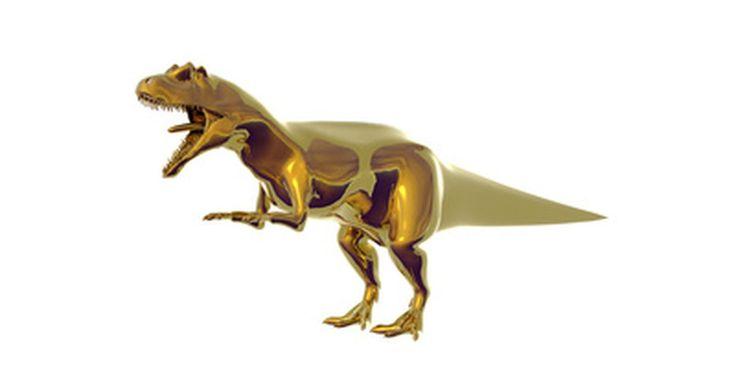 Como fazer um ovo de dinossauro. Fazer ovos de dinossauros caseiros faz com que as crianças se sujem um pouco enquanto aprendem com as próprias mãos como os dinossauros nascem. Assim que ovos estiverem formados e endurecidos, eles podem ser quebrados para mostrar um pequeno dinossauro dentro. Este artesanato pode ser usado pelos pais em casa ou por professores na sala de aula.