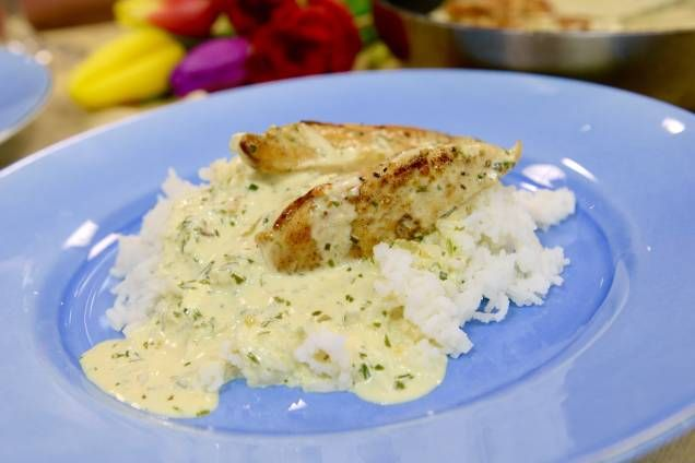 Stekt kyckling i en örtig, krämig sås med vitt vin, dragon och creme fraiché. Lättlagat, snabbt och supergott!