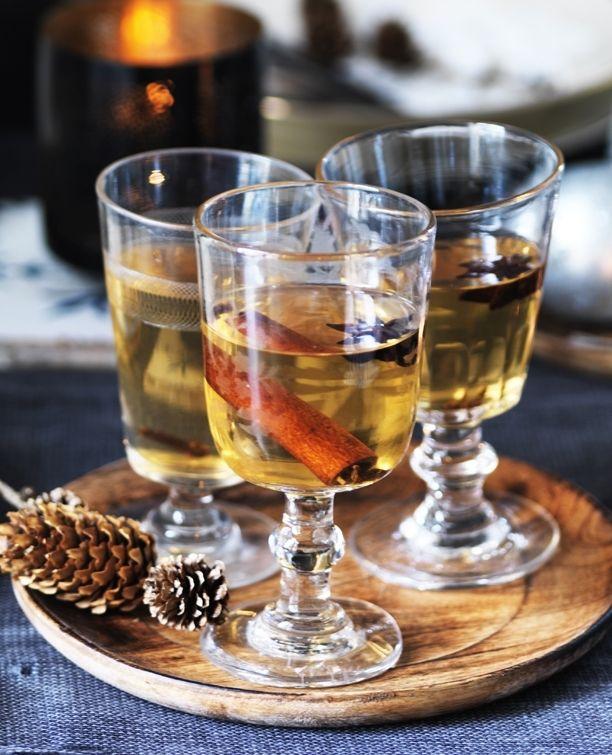 Gløgg er den ultimative juledrik, og varmer dejligt på en kold dag. Den hvide gløgg er mildere og mindre kraftig i smagen end den sædvanlige røde gløgg.