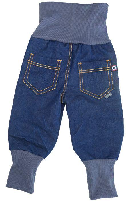 Hier sind die beiden Enkelinnen dabei das Laufen zu lernen. Es werden also demnächst etwas stabilere Hosen gebraucht. Gekaufte Jeans sind zwar süß, aber bieten oftmals nicht die nötige Bewegungsfreiheit, also müssen coole Jeans her. Ganz einfach lassen sich freche Baggyhosen aus weichem Jeans oder abgelegten Jeanshosen nähen. Mit langen Bündchen wächst sie prima mit …