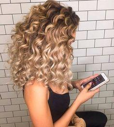 Você sabia que a água de rosas faz o cabelo crescer? Com propriedades hidratantes e purificantes, o produto é uma sensação para fios brilhantes e nutridos!  #águaderosas #cabelo #hidratarocabelo #produtonatural #curapelanatureza #cabeloseco #caspa