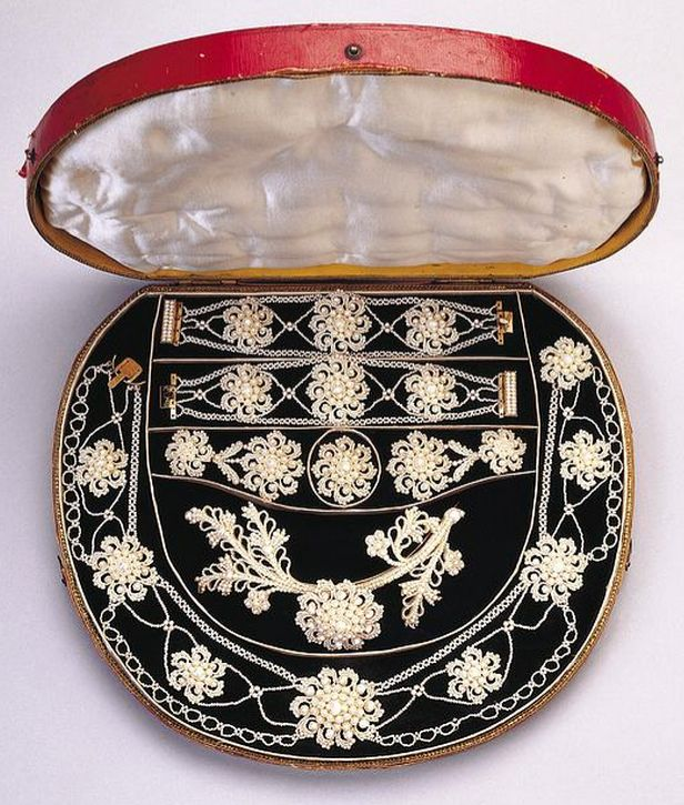 Seed pearl parure (necklace, hair ornament, brooch, earrings, two bracelets), English or Scottish, c. 1830.