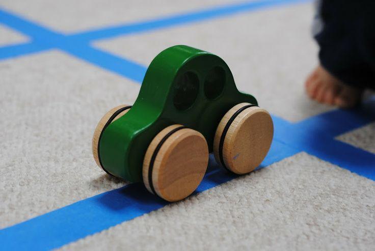 Você e seu filhote podem criar uma estrada diferente - ou até uma cidade inteira! - apenas colando fita adesiva no chão.
