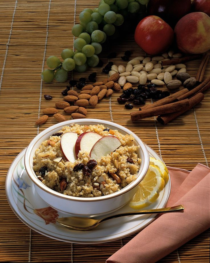 Müsli mit Quinoa, Rosinen, Nüssen und Apfel | Zeit: 15 Min. | http://eatsmarter.de/rezepte/muesli-mit-quinoa-rosinen-nuessen-und-apfel
