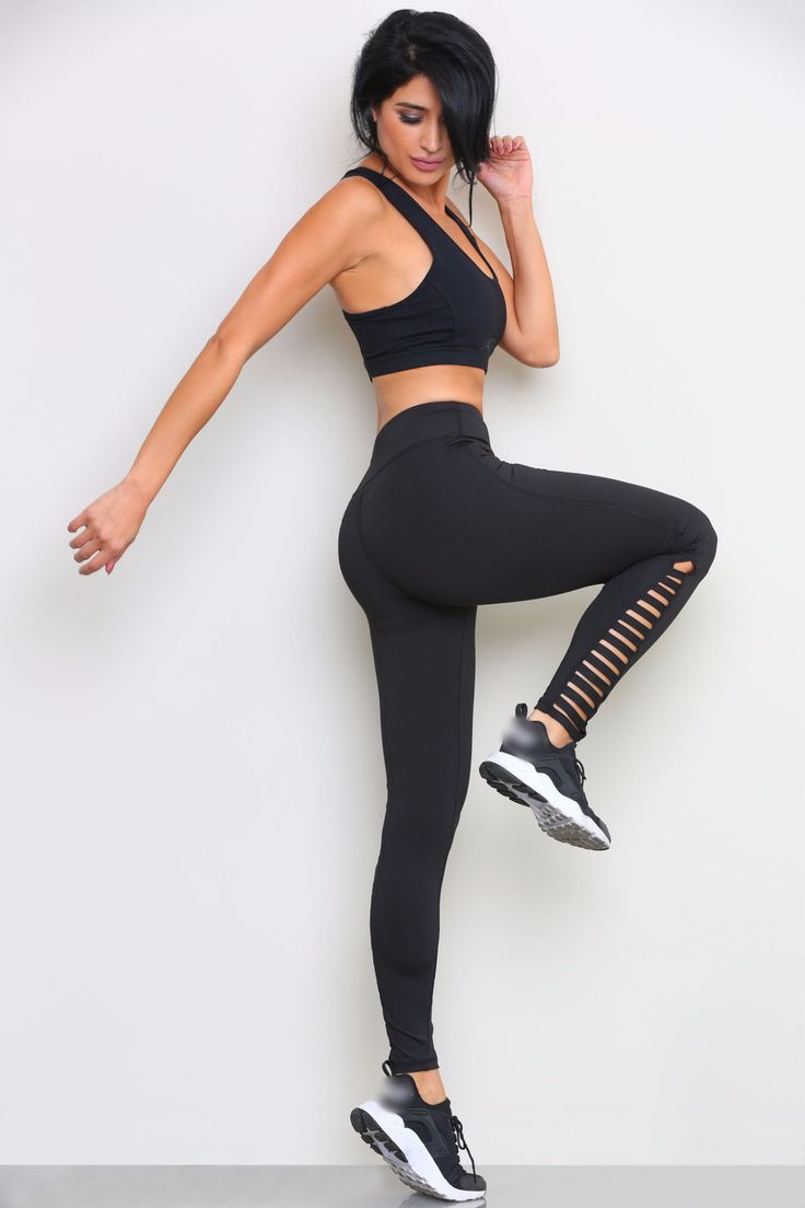 WORK OUT LEGGINGS WITH ANKLE CRISS CROSS DESIGN. MODEL IS WEARING A SIZE SMALL. INSEAM IS 27 INCHES. FABRIC: 86% Polyester, 14% Spandex