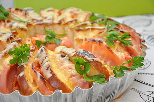 Verte, tento domáci plnený a zapečený chlieb, ktorý vyzerá ako torta si zamilujete! Zapečený chlieb - raňajky pre celú rodinu | Recept s postupom