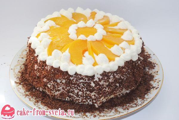 Бисквитный торт со взбитыми сливками – всегда желанный десерт. А если прибавить к нему фрукты и шоколад, получится изысканное, тающее во рту лакомство.