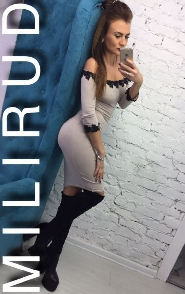 Платье шикарное облегющее с открытыми плечами средней длины нюдовый