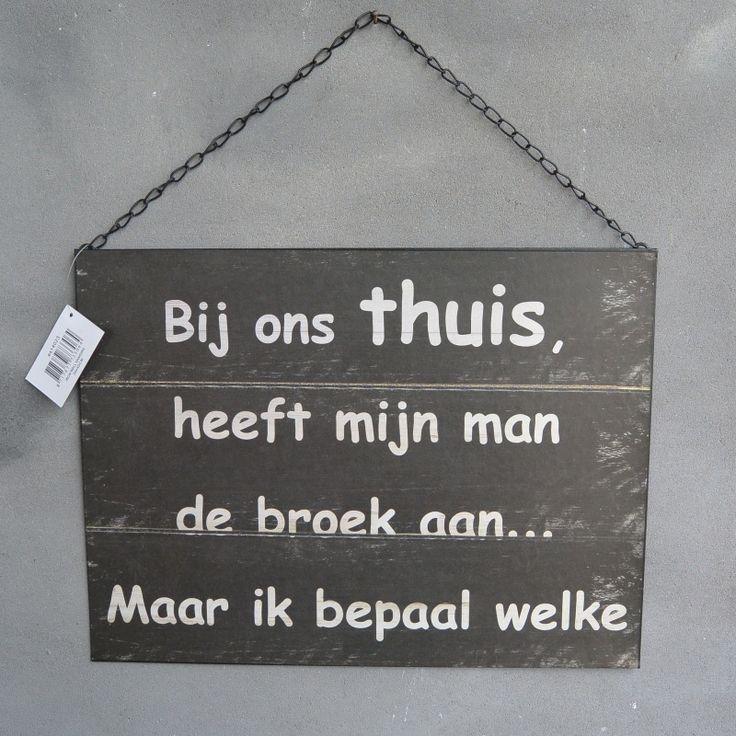 Humor bord, tekst, quote. 'Bij ons thuis heeft mijn man de broek aan, maar ik…