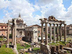 El Foro Romano era la zona en la que se desarrollaba la vida pública y religiosa en la antigua Roma. El Foro es, junto con el Coliseo, la mayor muestra de grandeza del Imperio Romano que se puede ver en la actualidad. Como curiosidad, el área en el que se encuentra el Foro fue en sus inicios una zona pantanosa. En el siglo VI a.C. el área fue drenada mediante la Cloaca Máxima, uno de los primeros sistemas de alcantarillado del mundo.