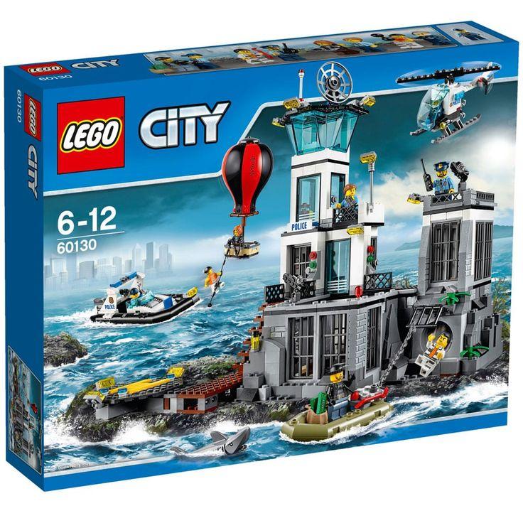 Ajude o polícial a capturar os bandidos da LEGO® City Ilha da Prisão! Observe os prisioneiros fazendo exercício no pátio da prisão e abra a prisão para ver seus planos de fuga.   Você e a polícia têm de estar em alerta máxima para capturarem os ladrões que escorregam pelo cano de esgoto para apanharem o barco de fuga! Pule para dentro do helicóptero e impeça-os de fazer uma fuga aérea no balão de ar quente. Eles vão fazer tudo para fugir da Ilha da Prisão!