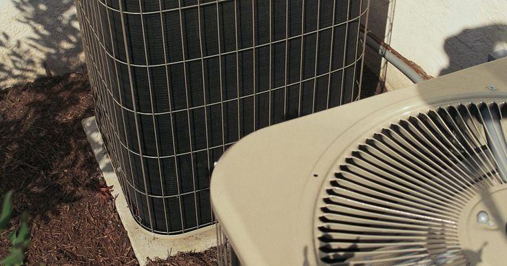 El mantenimiento de un condensador de un aire acondicionado. Tu sistema de aire acondicionado central tiene una unidad exterior que contiene el condensador. Aquí es donde el aire fresco del exterior se introduce en el sistema y luego se enfría por los serpentines de enfriamiento antes de ser soplado por un ventilador a través de la red de conductos de u casa. Esta parte vital del aire acondicionado debe ...