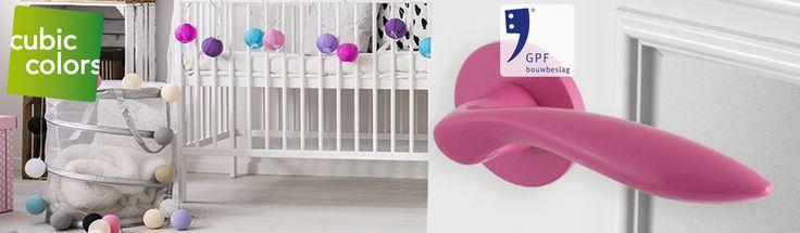 Jouw prinsesje stapt in stijl haar slaapkamer binnen met ons opvallende, roze deurbeslag. Bekijk de hele collectie op https://www.deurbeslag.nl/deurkrukken/filter/finish/roze/