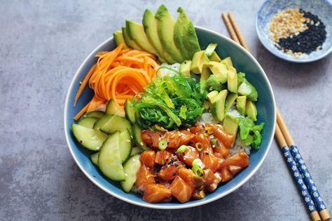 Poke bowl är en fräsch fiskrätt från Hawaii där allt-i-ett serveras i en skål. Man börjar med ris, marinerar sina fiskkuber snabbt och kombinerar dem med