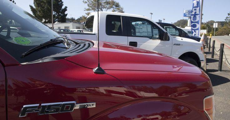Cómo entrar en una F-150 cuando está cerrada. La Ford F-150 es la furgoneta liviana de Ford. Sobre su capacidad para cargar miles de libras en su caja y su capacidad para remolcar, la F-150 también suele ser fabricada con muchas opciones de lujo, incluyendo características de seguridad. En modelos más nuevos de la F-150 puedes tener controles remotos de entrada sin llave programados para ...
