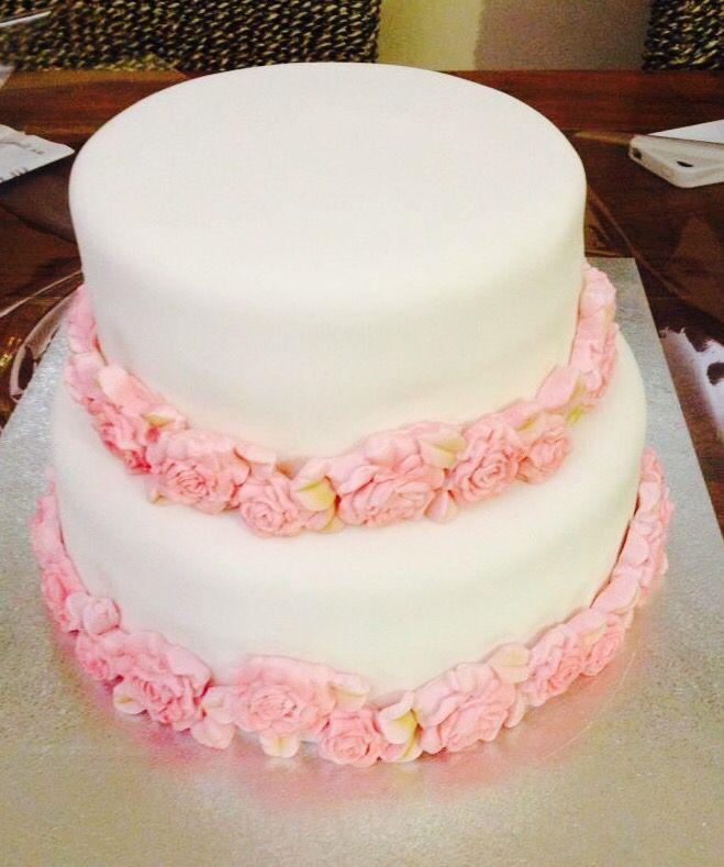 Rosas rosas sobre tarta blanca.