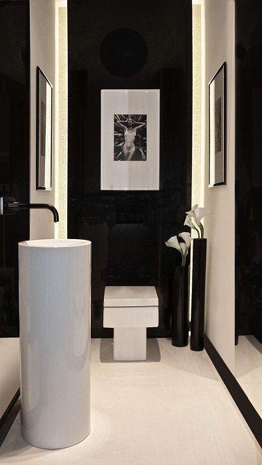 Ces wc adoptent un look contemporain en noir et blanc avec des sanitaires très design.