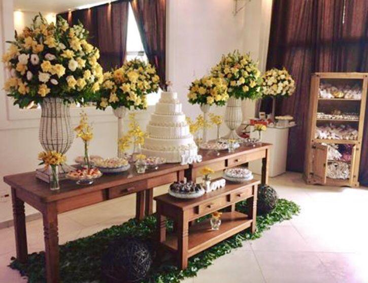 Mesa Do Bolo Rustica Com Arranjos Flores Amarelas Decoracao