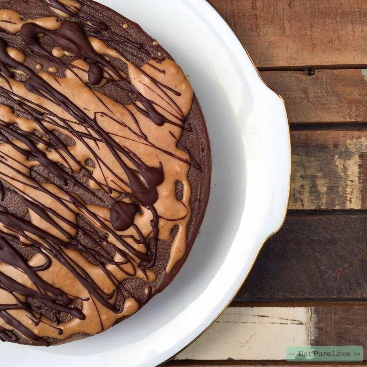 Deze cheesecake heeft een bodem van dadels en amandelen en vulling is gemaakt van onder andere cashewnoten, banaan, honing en cacaopoeder. En de topping? Pindakaas natuurlijk! Wist je trouwens dat pindakaas na de oorlog in voedselpakketten is overgewaaid vanuit Amerika? Bij deze: de chocolate peanut butter cheesecake!