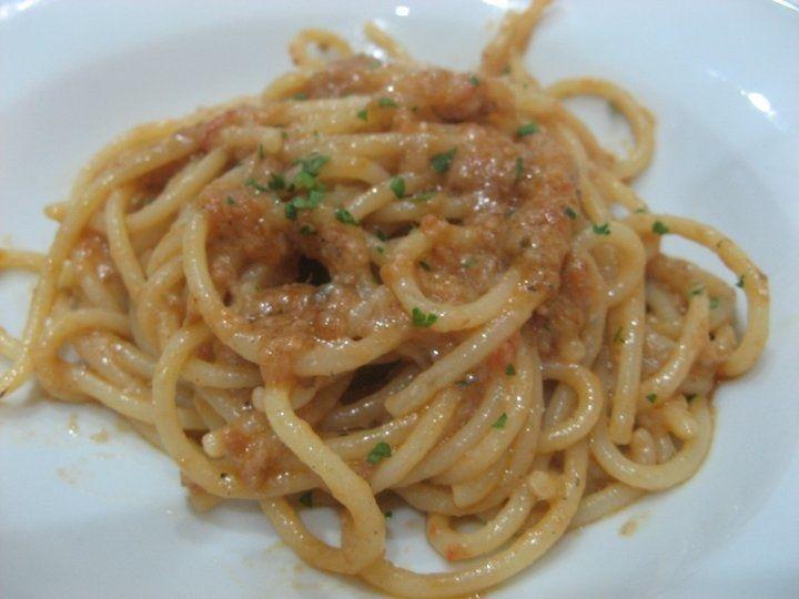 2 merluzzi 80 gr di olio d'oliva mezza cipolla 10 pomodorini 2 cucchiai di Marsala un pizzico di noce moscata una noce di burro un pizzico di parmigiano sa. Spaghetti al nasello