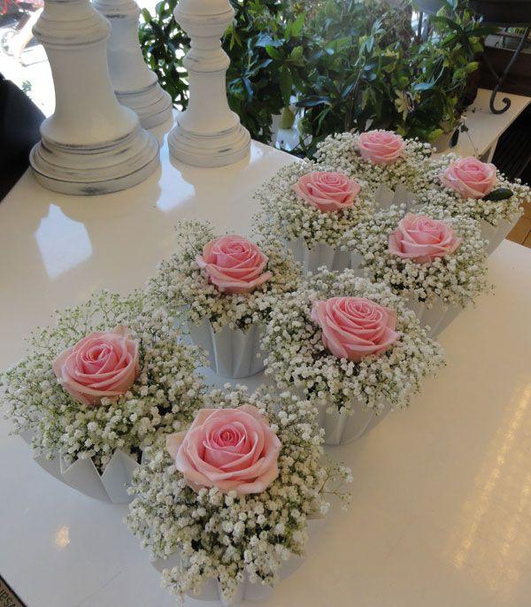 Enkel bordsdekoration i vit veckad skål, tätt bunden brudslöja kröns med en svagt rosa Heavenros.