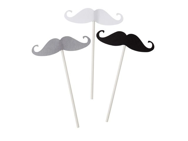 Disse moustage pinnene har flere ulike bruksområder. De kan brukes til å ta bilder med, settes i kaker og muffins, settes på bordet som bordkort eller dekorasjoner osv. En pakke inneholder 12 pinner...