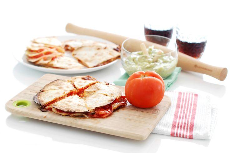 Receta de Quesadillas fáciles, en horno o en sartén. Estarán listas cuando el queso se funda con el calor, es cuestión de unos minutos. Rellénalas al gusto.